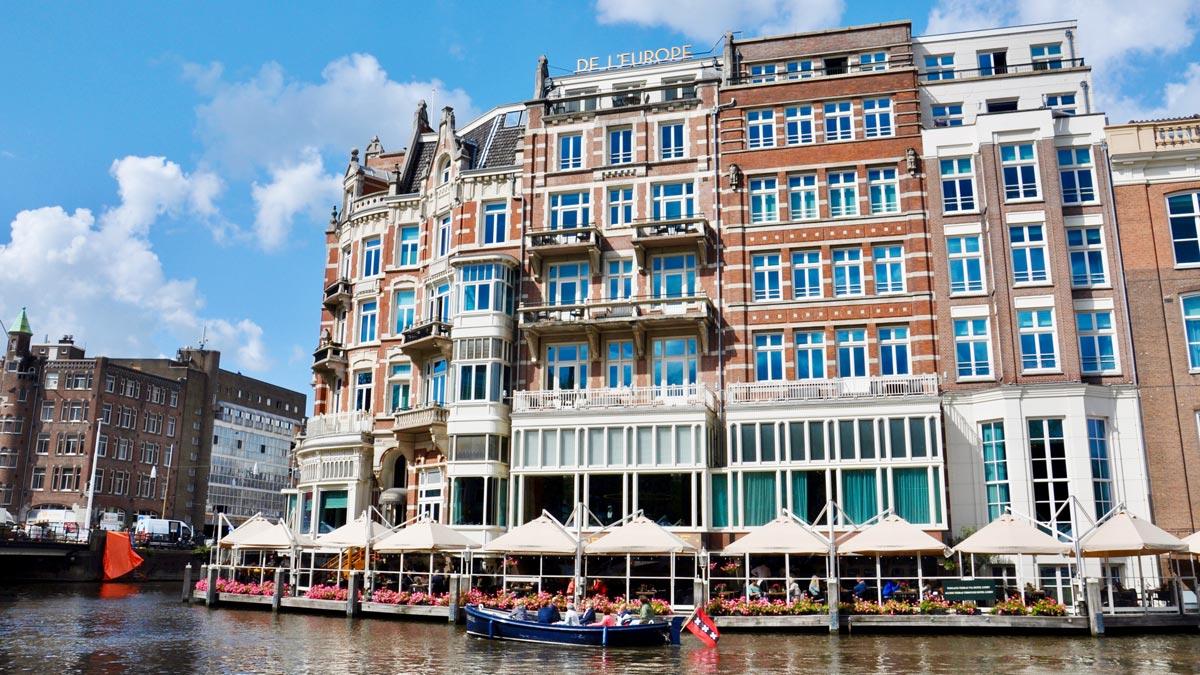 Das mondäne Hotel de L'Europe im Zentrum der Stadt: hier sitzt man direkt am Wasser