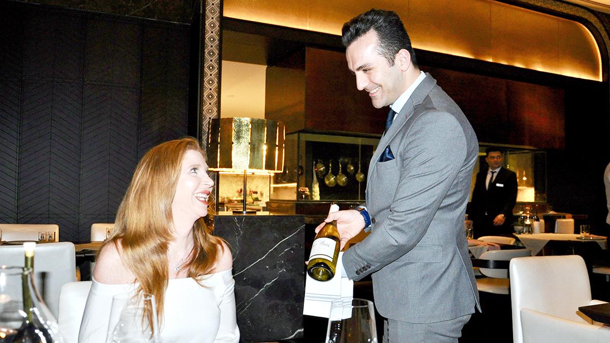 Aila: Maître Emre präsentiert sachkundig die Weine aus der Türkei. Foto WR