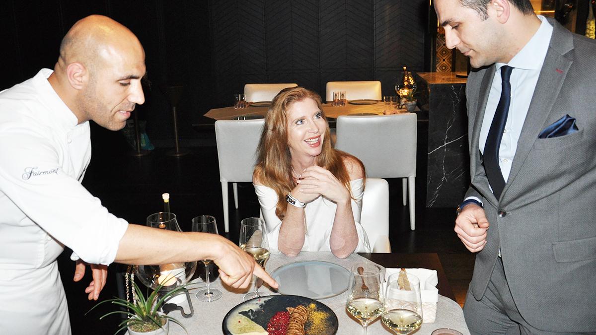 Aila: Küchenchef Umut Karakus und Restaurant Chef Emre Melenp erklären jedes Gericht am Tisch. Foto WR