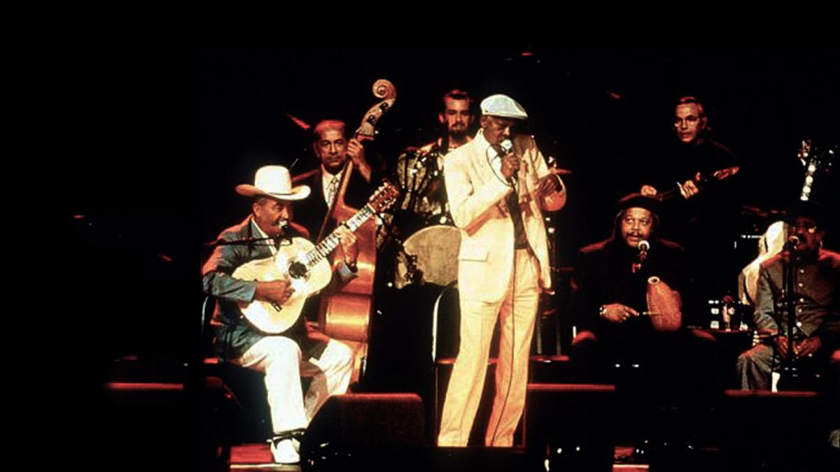 Buena Vista Social Club in der Original Besetzung mit Eliades Ochoa, Gitarre (li.), Ibrahim Ferrer (M.), Juan de Marcos Gonzáles (r.) und Ry Cooder, Gitarre, hinten.