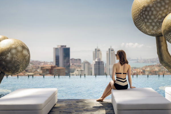 Fairmont: Der Infinity Pool mt fantastischem Blick bis zum Bosporus. Foto Hotel Fairmont