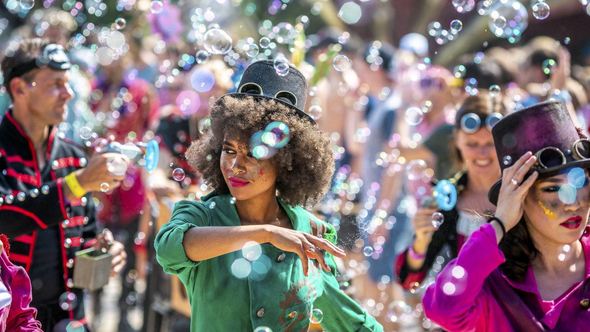 Schöne Möglichkeit alle Bühnen kennenzulernen: Einfach der Parade folgen. © Tomorrowland
