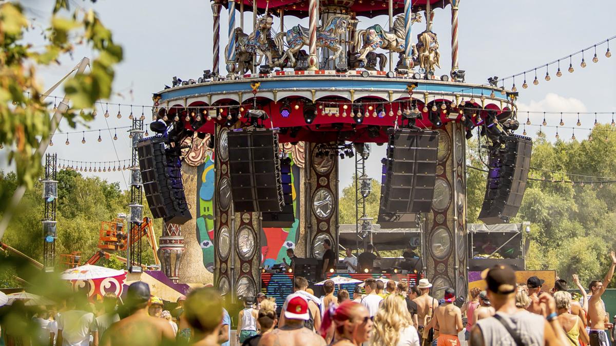 Märchenhaft und rundumbeschallt: bei dieser Bühne dreht sich auch der DJ mit. Copyright Tomorrowland