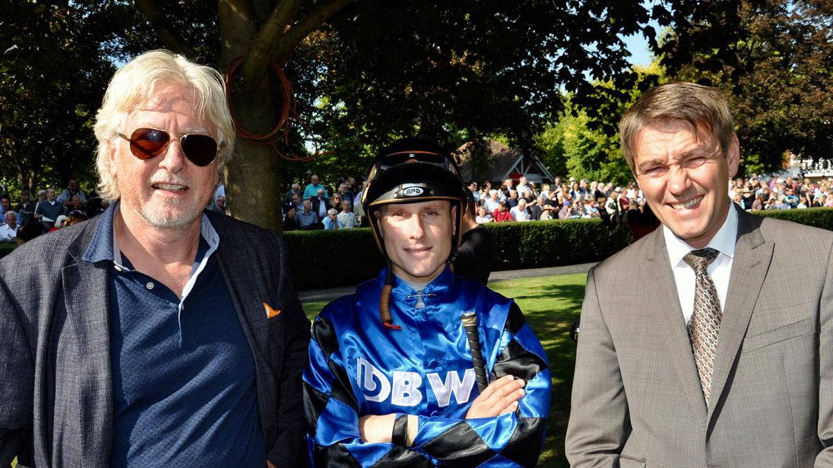 Erfolgreiches Gespann: Züchter Helmut von Finck, Jockey Martin Seidl, Trainer Markus Klug (v.li.). Foto WR