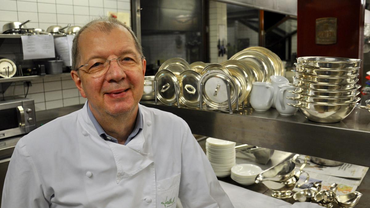 Sternekoch Gutbert Fallert am Pass in seiner Küche. Foto WR.