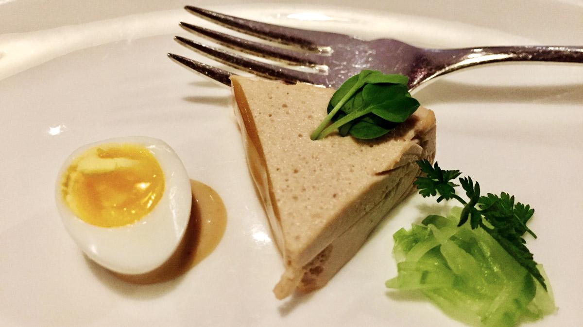 Ein köstlicher Gruß aus der Küche: Thunfischmousse mit Wachtelei. Foto WR