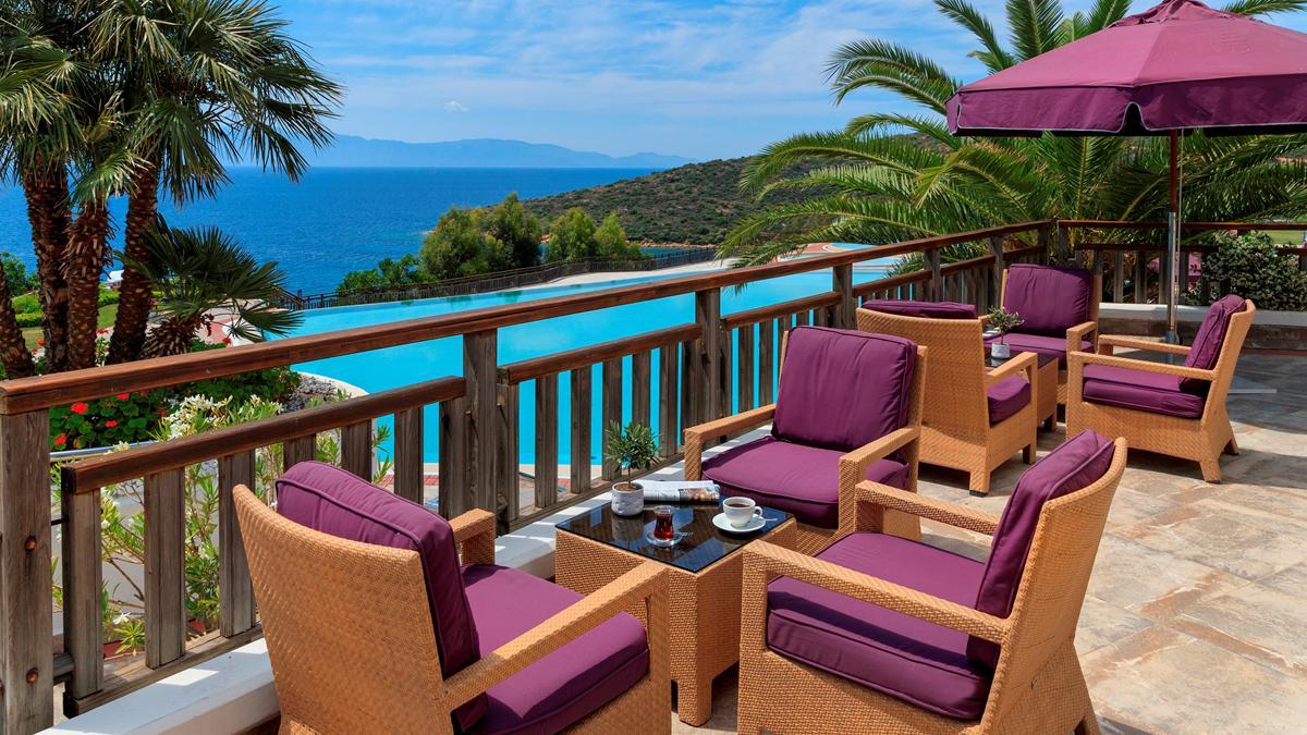 Traumblick auf den Pool und die Ägäis von jeder Terrasse. Foto Kempinski