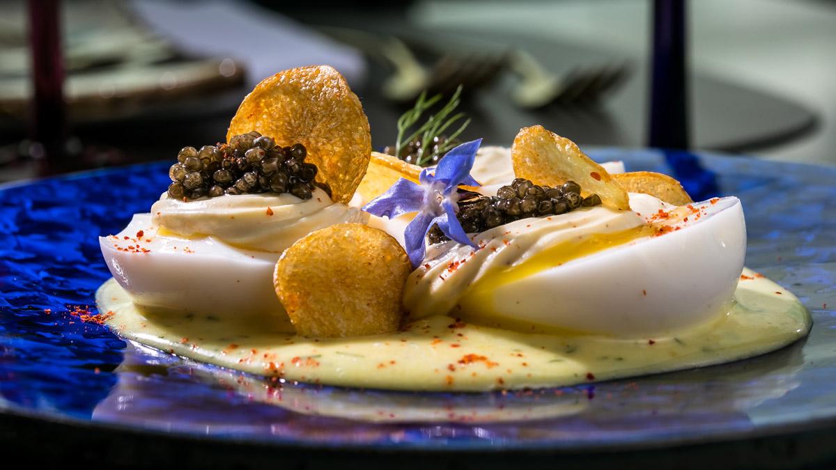 Franziska: Russische Eier mit Kaviar auf Blumenkohlpüree mit Kaviar. Foto Mook