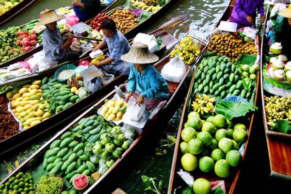 Floating Market: Früchte und Gemüse dominieren das Angebot.