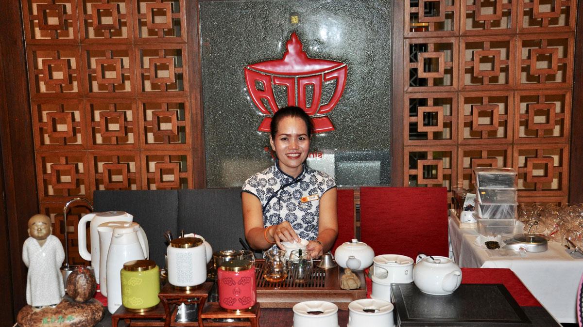 Coca: Tee wird vom Master(in) of Tea zubereitet. Foto WR