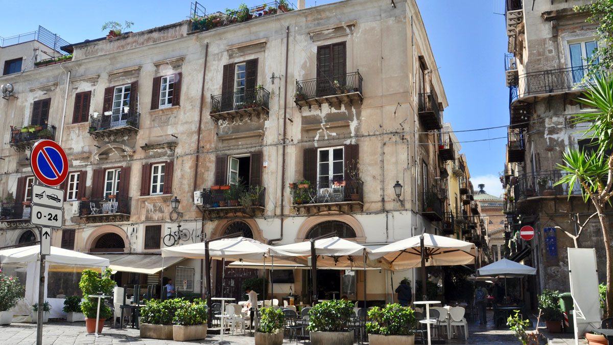 Allgegenwärtig: Schöne Plätze und Restaurants in engen Gassen, morbide Häuser und Palazzi. Foto HvF