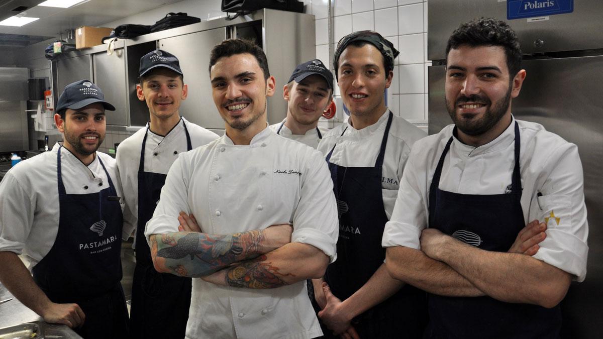 Pastamara, Ritz-Carlton: Bringen authentische italienische Gerichte auf den Tisch – Küchenchef Nicola mit seiner jungen Crew. Foto WR