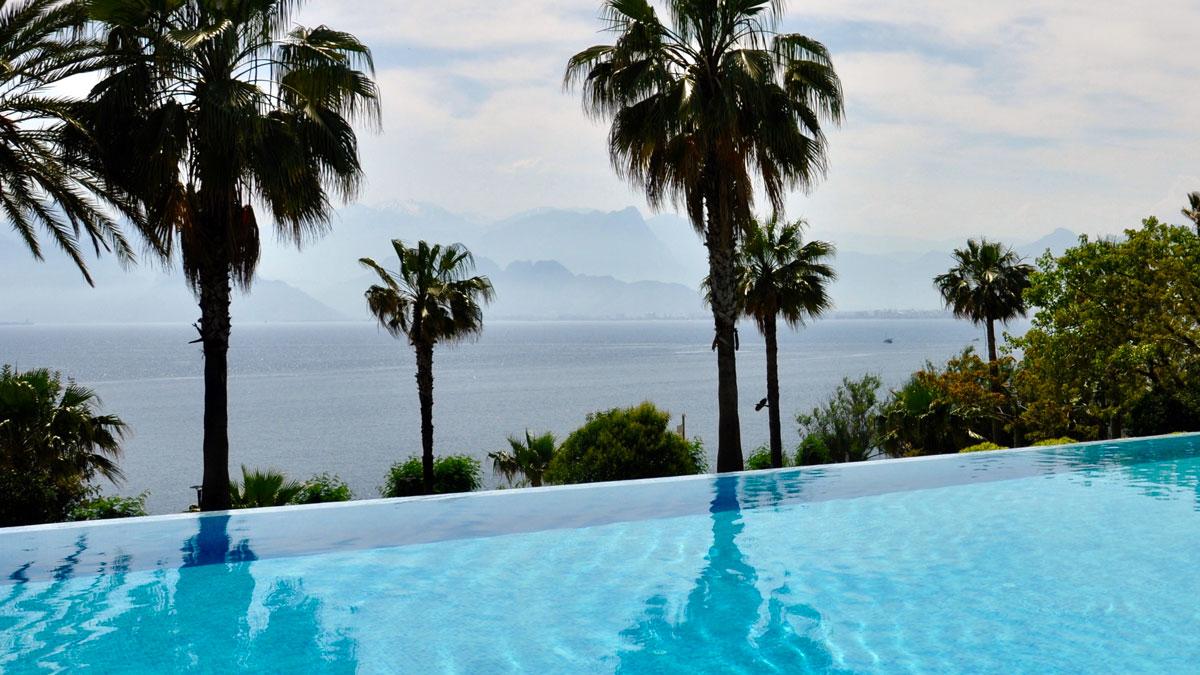 AKRA Hotel: Infinty-Pool mit Blick auf die Berge
