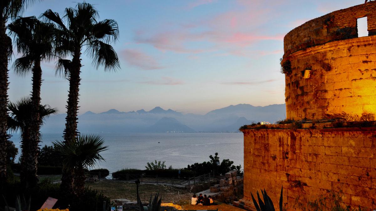 Der 2000 Jahre alte römische Hidirlik-Turm zwischen der Altstadt und dem Meer