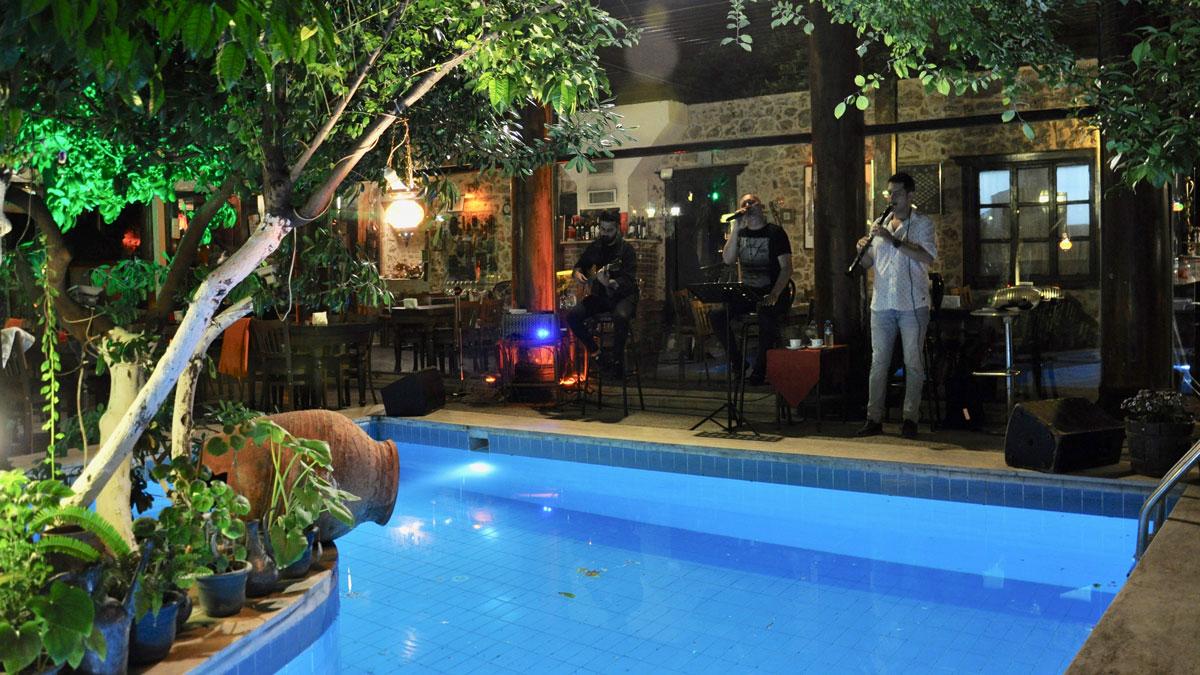 Villa Perla: Idyllischer Innenhof mit Live music