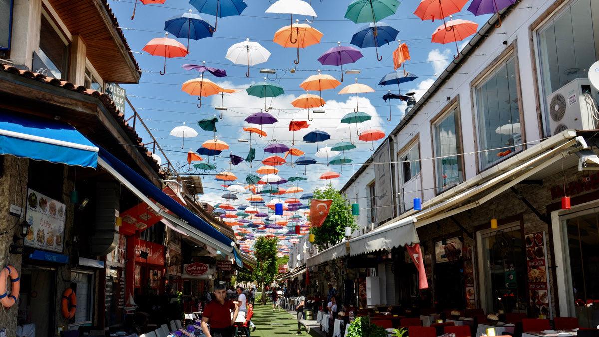 Man lässt sich gegen die Hitze etwas einfallen: Aus Regenschirmen werden Sonnenschirme