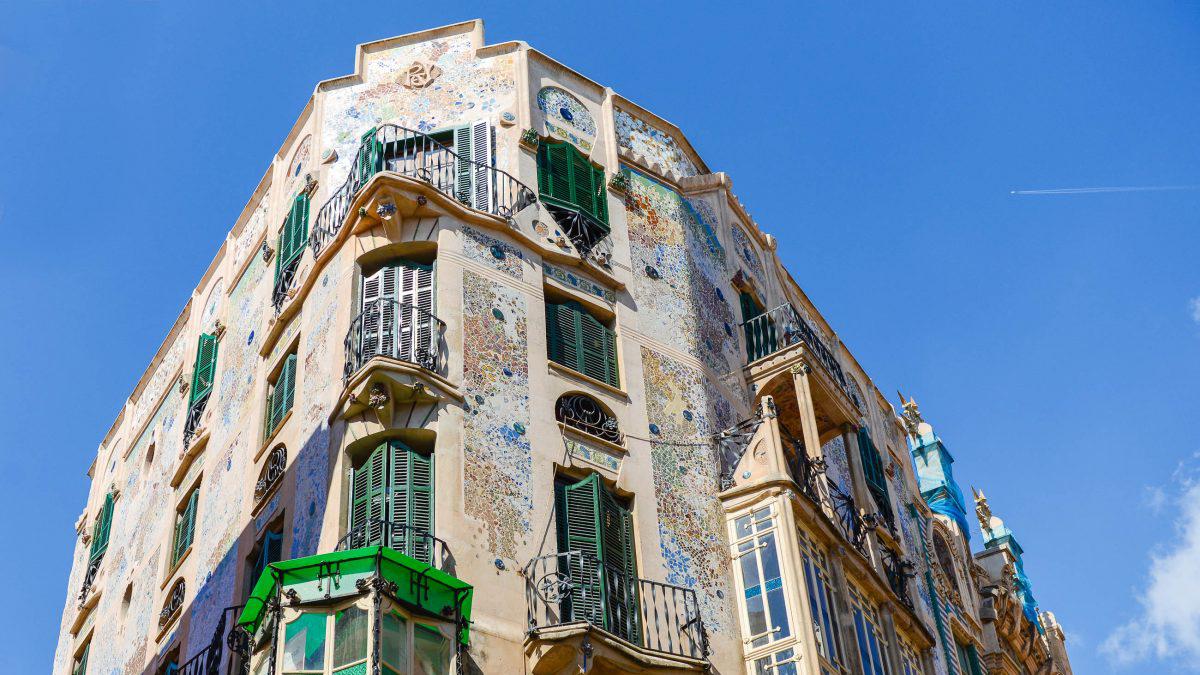 Herrliche Fassaden in der Altstadt: L'Aguila can Rei (1909). Foto James Camel