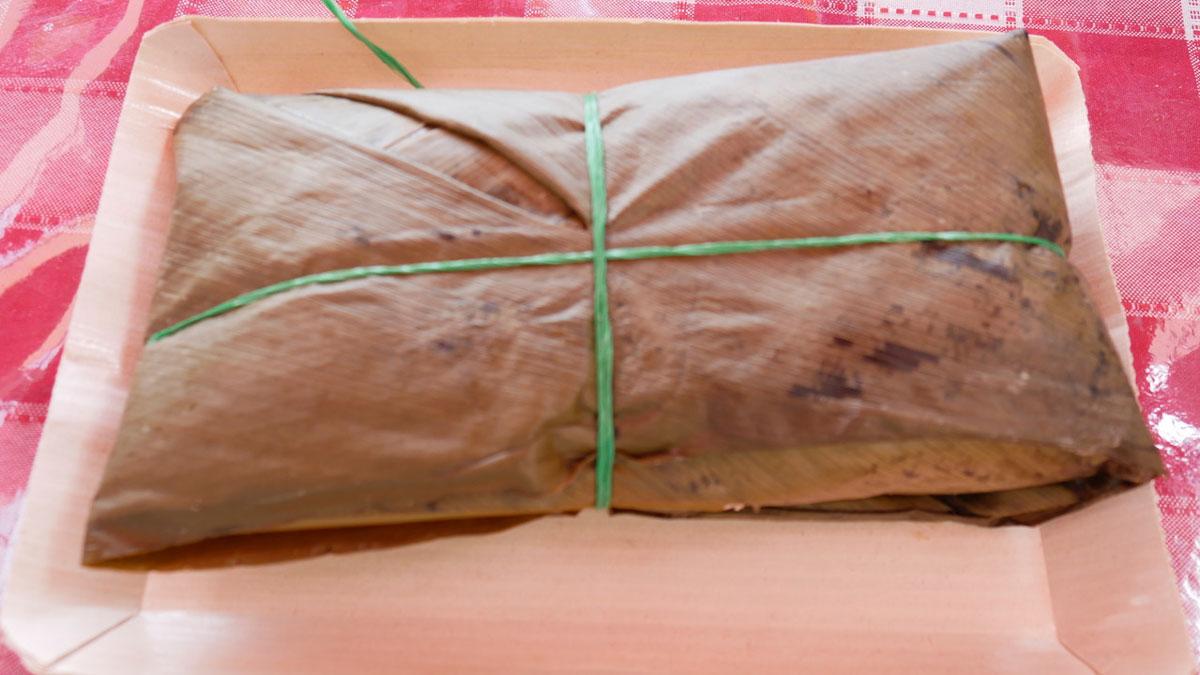 Traditionelle kolumbianische in Blätter verpackte Brotzeit für unterwegs