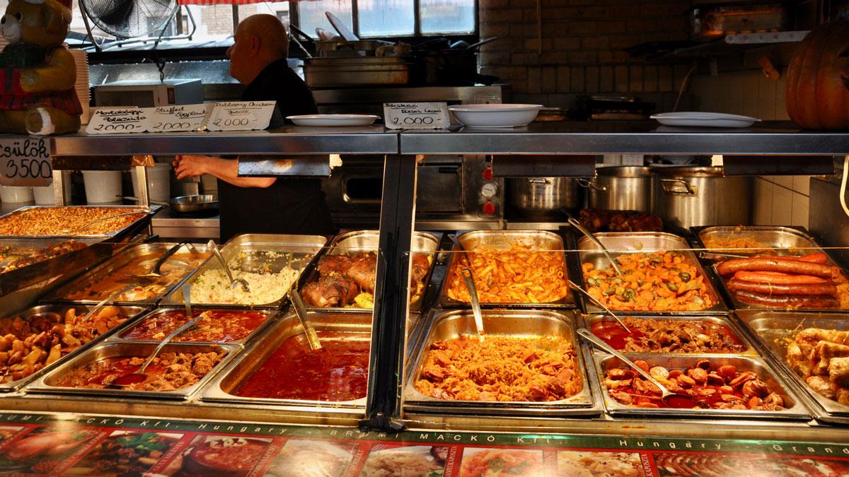 Markthalle, 1. Stock: An allen Ständen Gulasch (Pörkölt) in allen Variationen, als Suppe, mit Reis oder Teigwaren. Foto WR