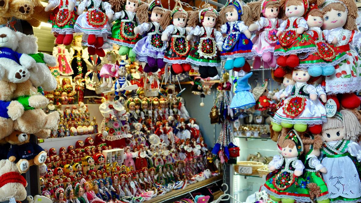 Markthalle, Galerie: Kitsch und ungarische Folklore begehrt bei den Touristen aus Fernost. Foto WR