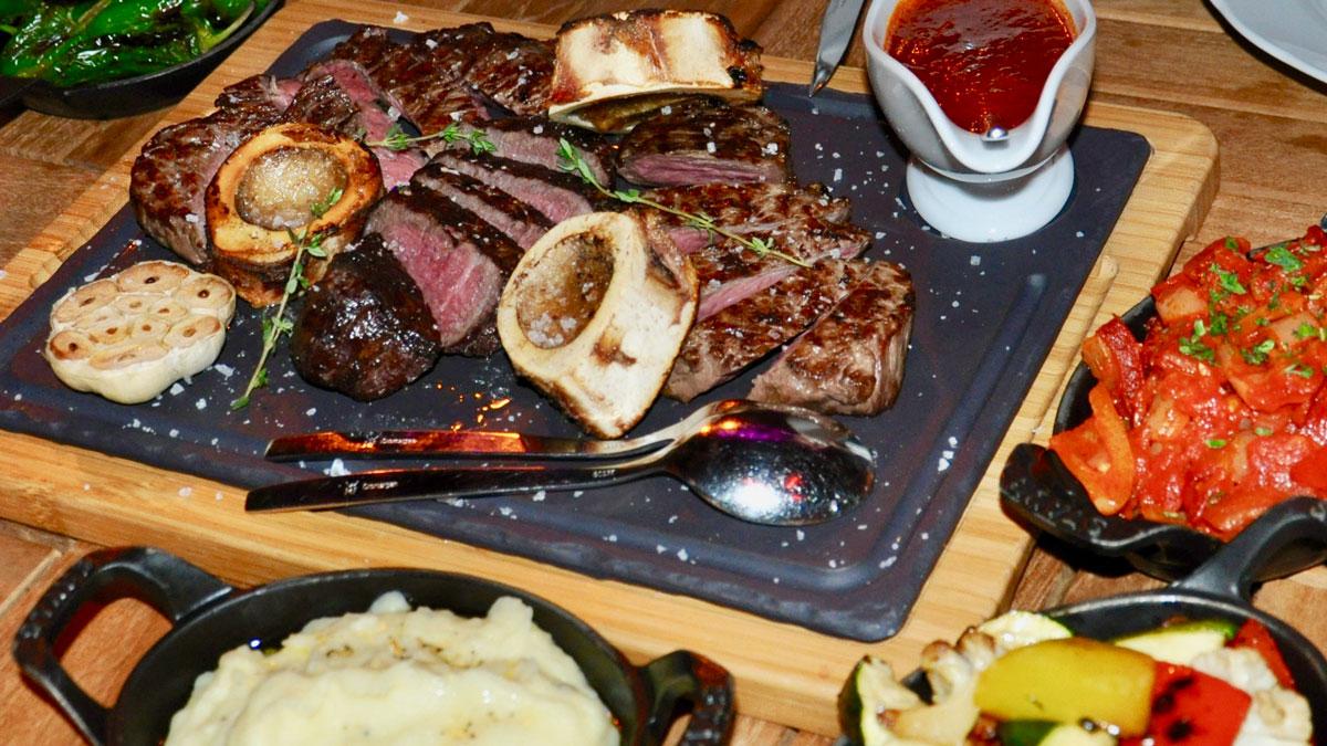 Corvinus, Bistro: Bestes Beef mit Markknochen, gebratenem Knoblauch, Kartoffelstampf und Letscho-Gemüse.   Foto WR