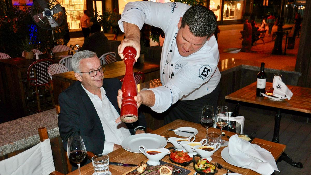 Corvinus Bistro: Hotel Direktor Stephan Interthal liebt die ungarische Küche… und frisch gemahlenen Pfeffer. Foto WR