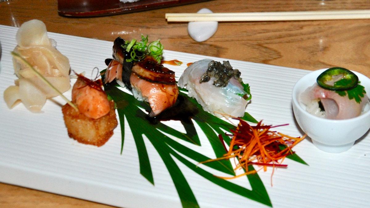 Nobu: Lachs-, Zackenbarsch- und Makrelen-Nigiri mit gebratener Gänseleber. Foot WR