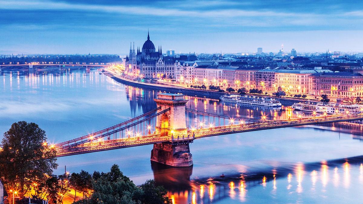 Budapest: Die Kettenbrücke, eines der Wahrzeichen der Stadt