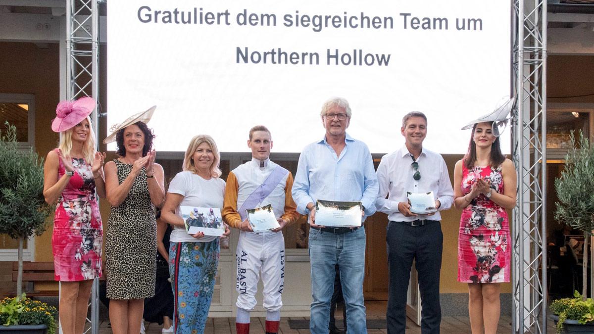 Siegerehrung: Team Helmut von Finck mit Baden Racing Geschäftsführerin Jutta Hofmeister (2.v. li.) Foto Klaus Schultes