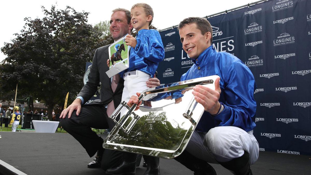 William Buick gewann auf Ghaiyyath mit unglaublichen 14 Längen Vorsprung den Longines Preis. Mit auf der Bühne: Trainer Charles Appleby Foto Baden Racing