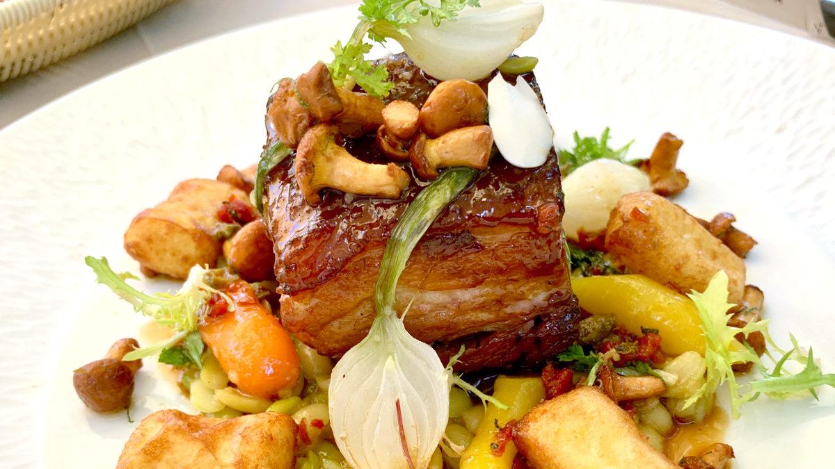 Schweinefleisch in einem Sterne-Restaurant? Wenn es so auf den Tisch – kommt gerne. Spanferkel mit Gemüse und Kroketten. Foto Wr