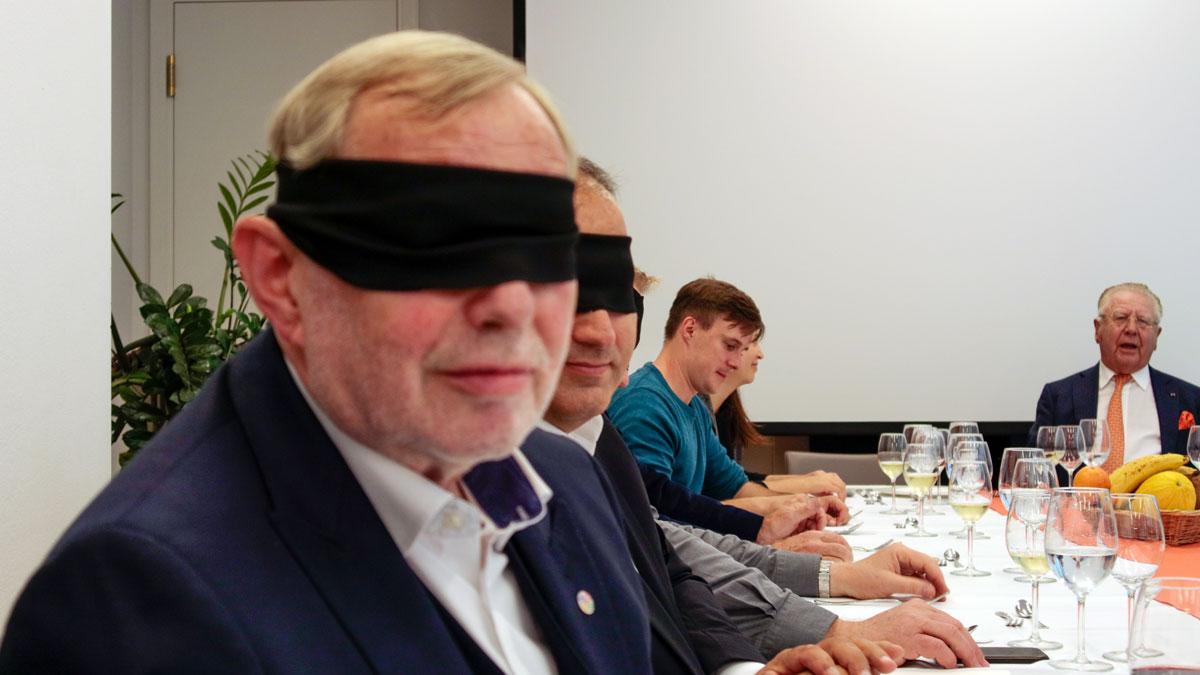 """Hans-Peter Wodarz, der Erfinder des Spiegelzeltes Pomp Duck and Circumsdance und """"Palazzo"""" Chef, bei der Blindverkostung"""