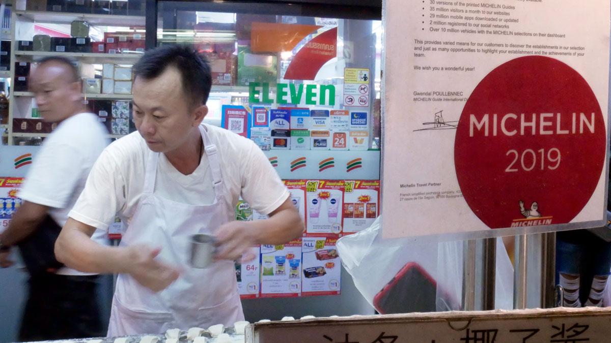 Gibts nur in Chinatown. Vorne Michelin ausgezeichneter Stand, hinten 7ELEVEN Billigmarkt. Foto JW