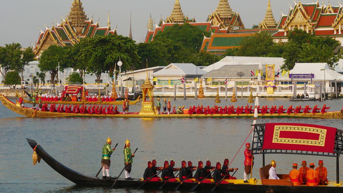 Bewegende Kulisse: die Prozession der historischen Barken vor dem königlichen Palast. Foto JW