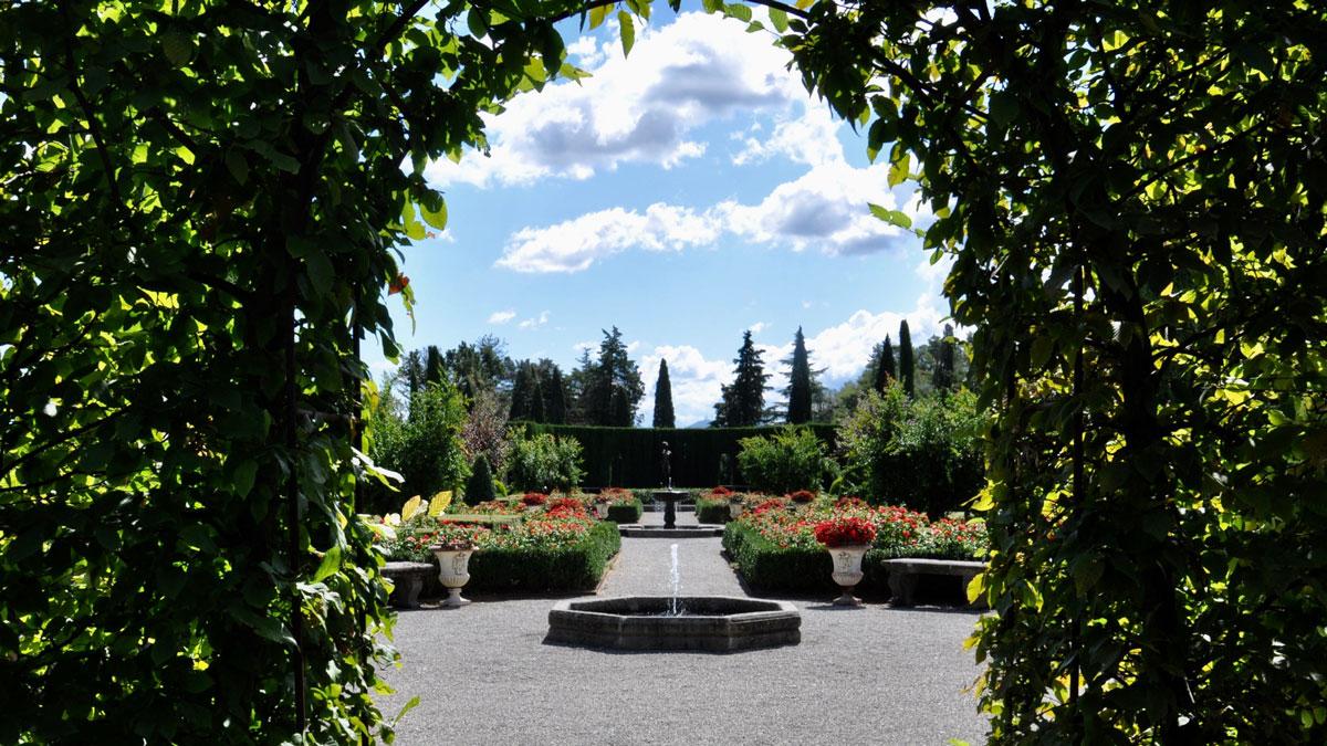 Barockgarten mit Springbrunnen, Rosen und Geranien. Foto WR