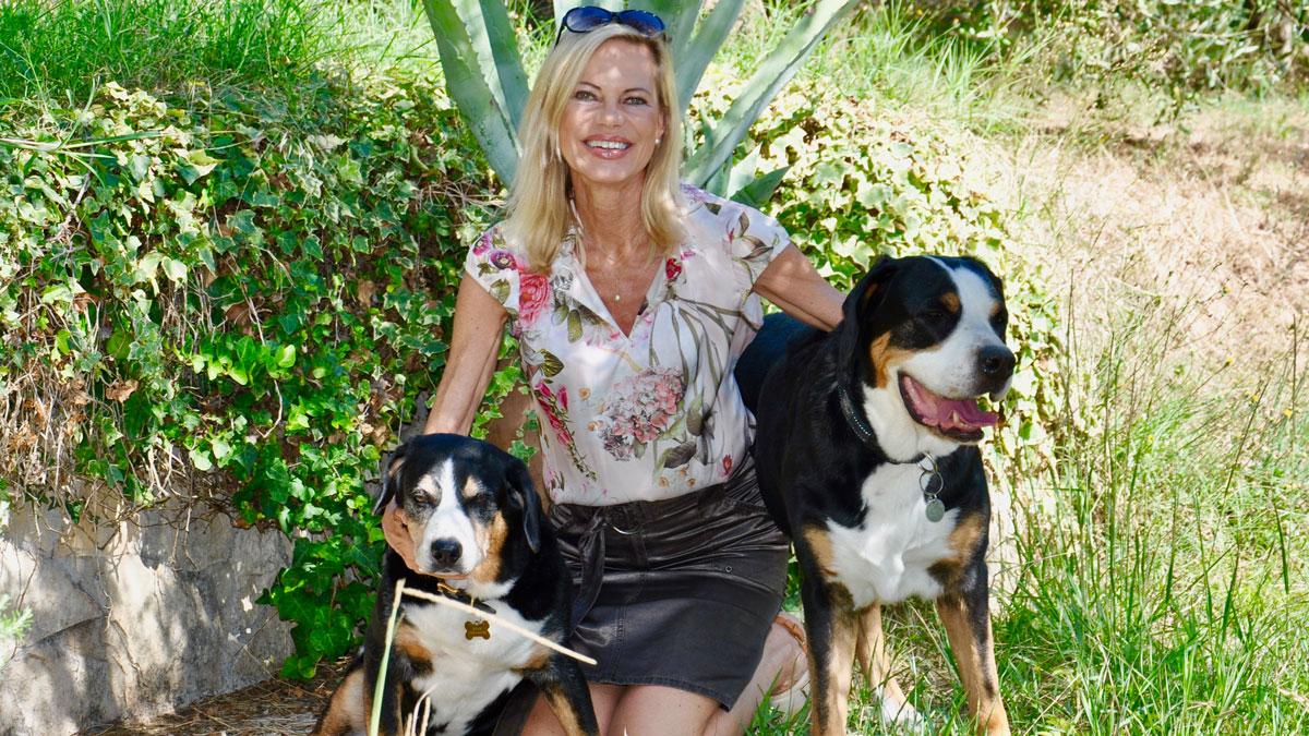 Tiere spielen eine wichtige Rolle: Nina Ruge mit den Schweizer Sennenhunden Lupo und Vroni. Foto WR