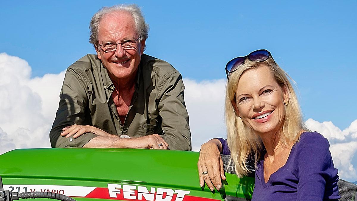 Im Weinberg reichen ihnen 100 PS: Wolfgang Reitzle und Nina Ruge auf ihrem Fendt-Traktor. Foto Massimo Tessandori Bernini.
