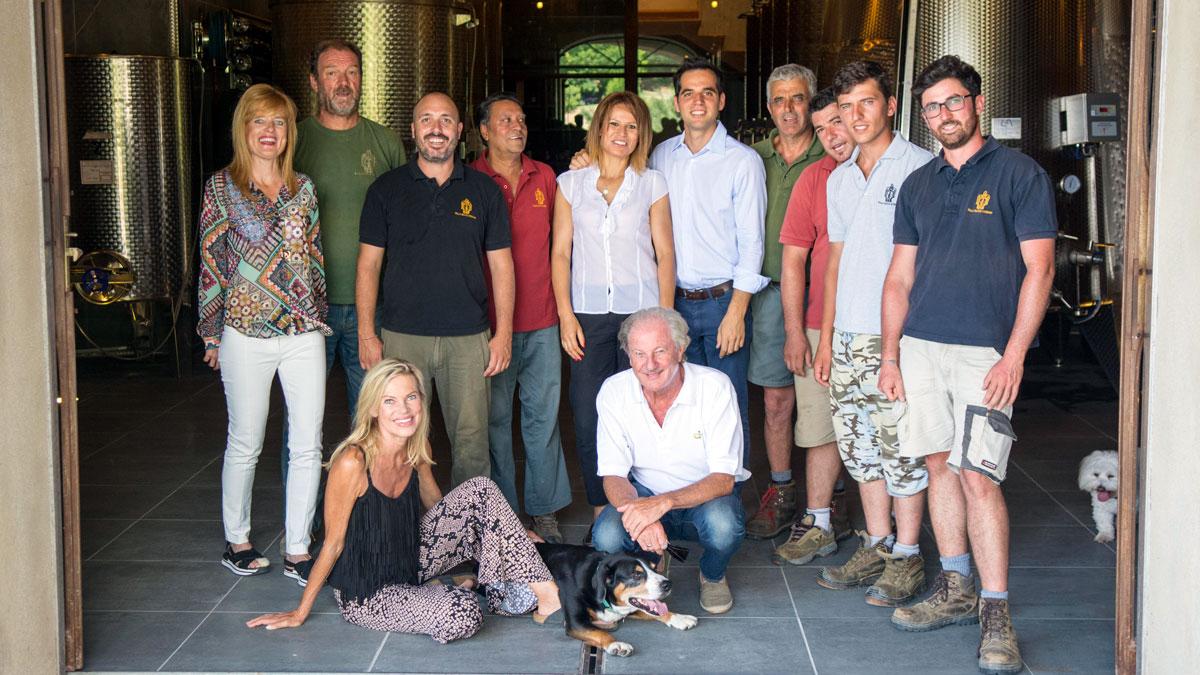 Die Weinmacher: Nina Ruge und Wolfgang Reitzle mit dem Team von Villa Santo Stefano. Foto Massimo Tessandori Bernini