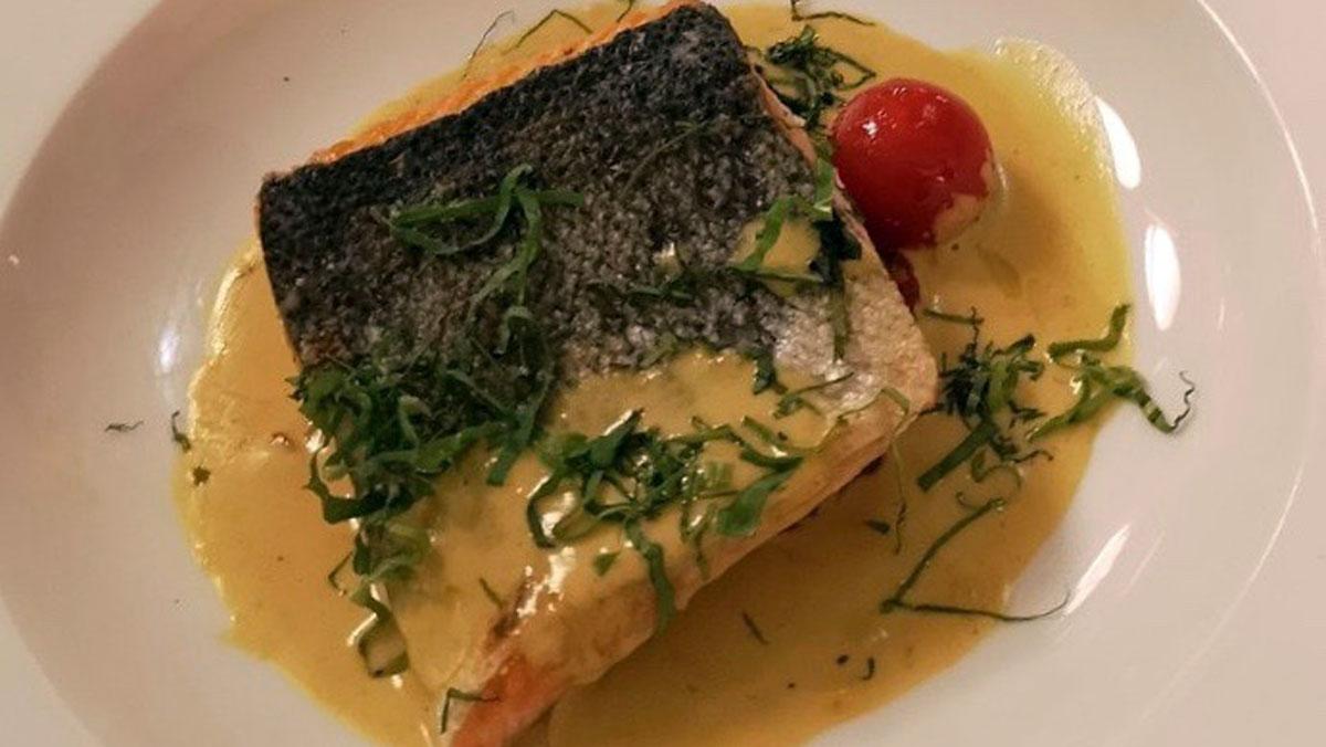 Brasserie Floderer: Lachs auf der Haut gebraten mit Rieslingsauce.