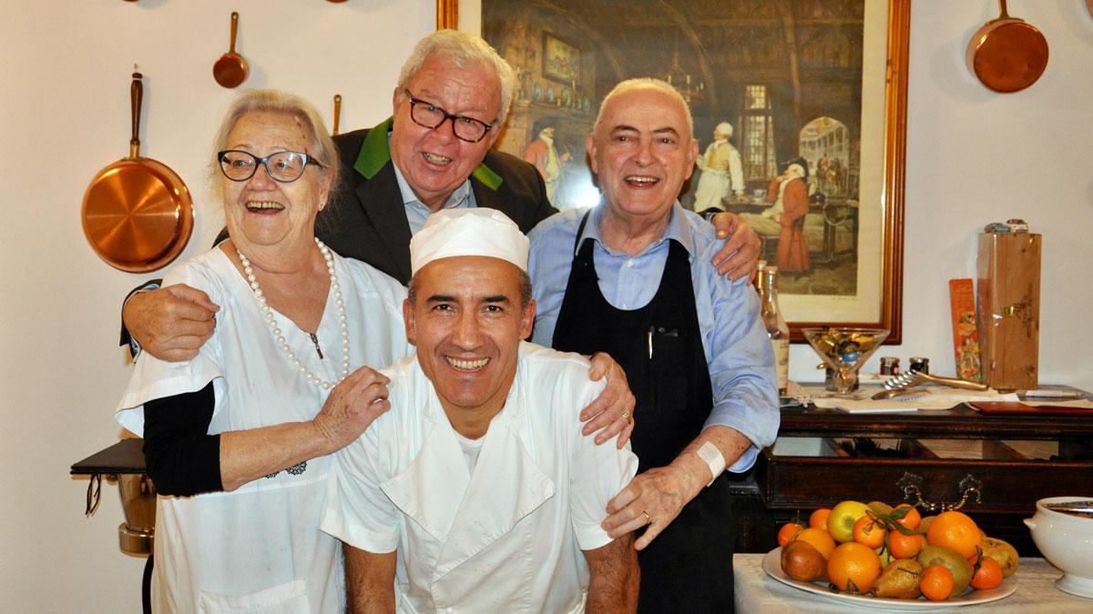 Osteria Vecchia Carrozza, Asti: Patrone Silvana, Patron Carlo, Küchenchef Romagnolo Graziano und Gourmino-Express Autor Wolfgang Ritter. Foto WR