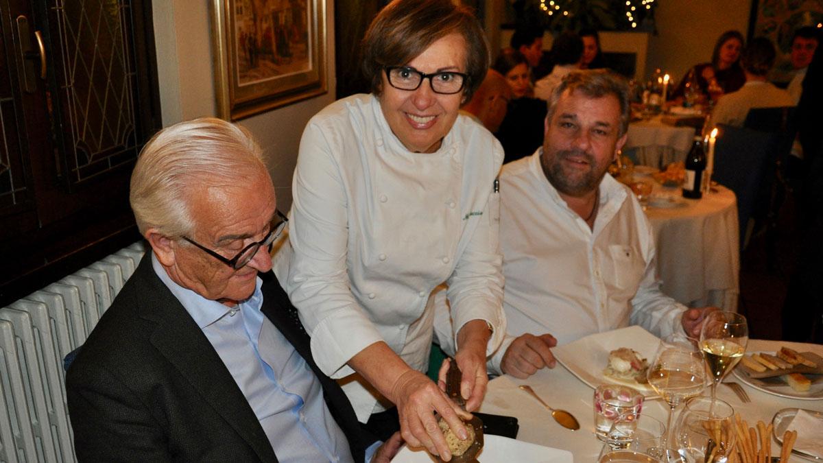 Sternerestaurant San Marco in Canelli: Chefin Mariuccia Roggero hobelt die Trüffel großzügig. Foto WR