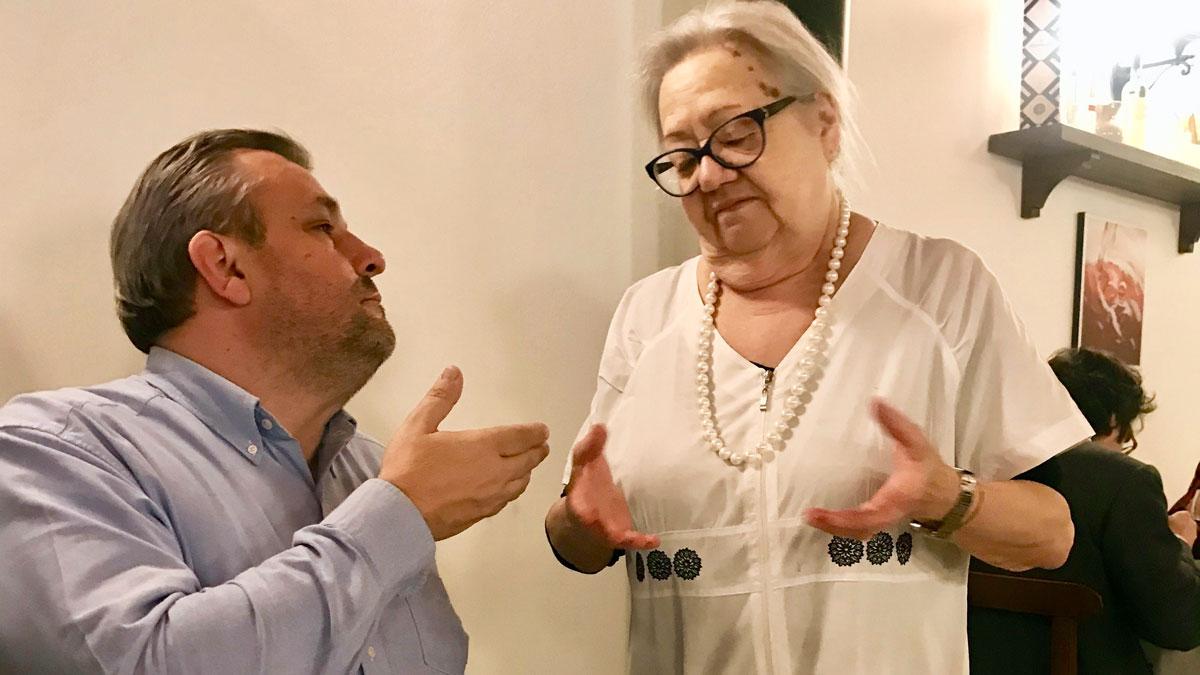 Wie in Italien üblich: Diskutiert wird mit den Händen. Trüffelhändler Martin Hartweg und Patrone Silvana.