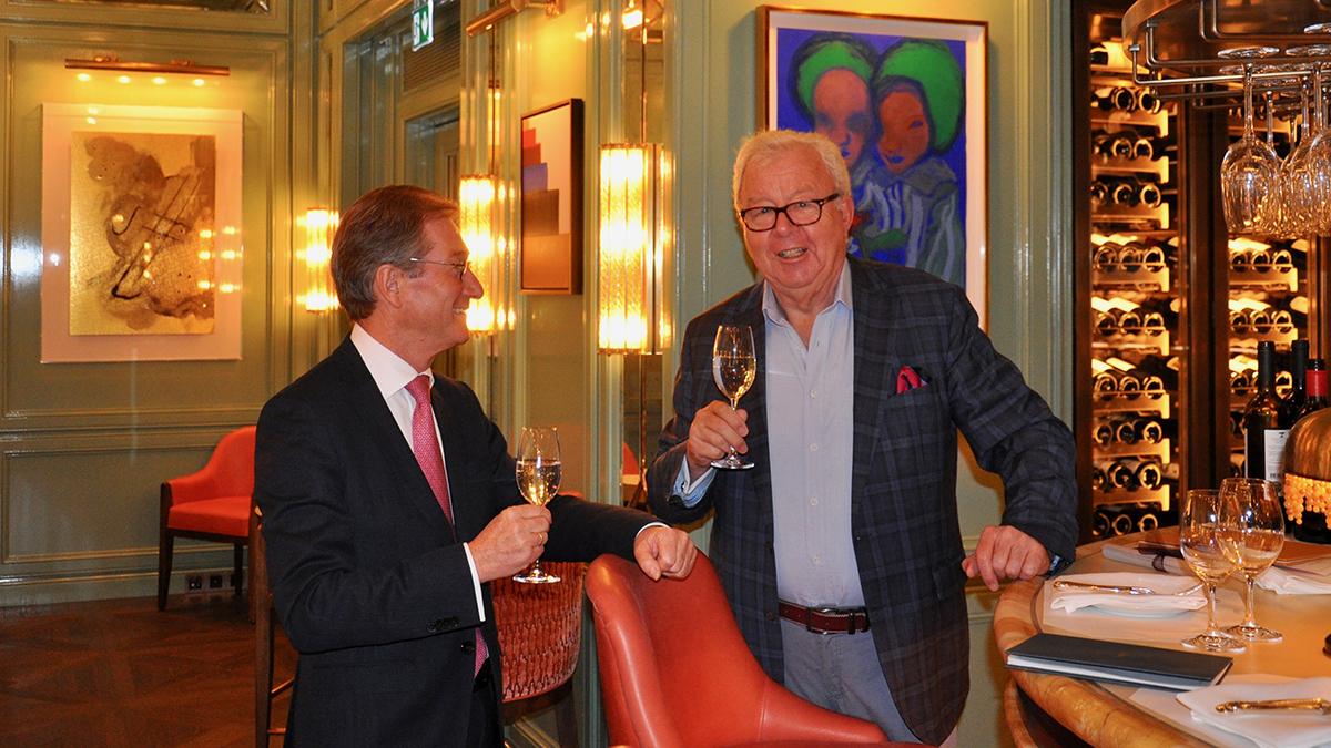 """Generaldirektor Wilhelm Luxem und Wolfgang Ritter an der Bar im """"Baur's"""". Foto WR"""