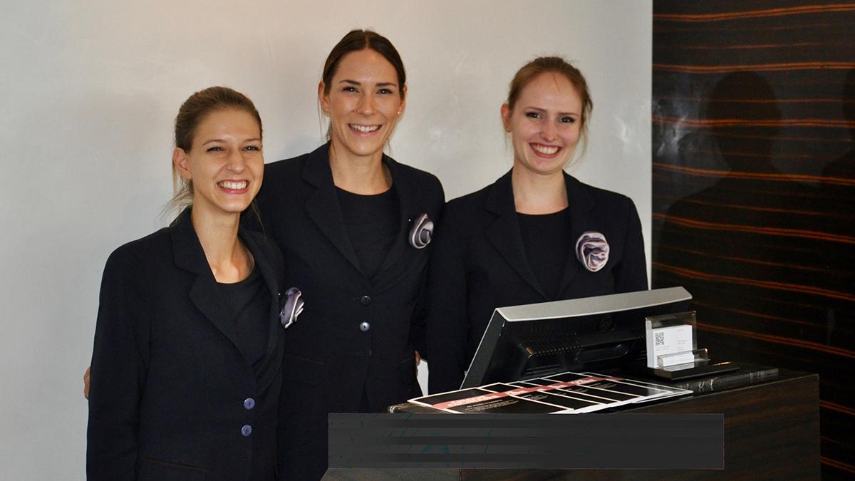 "Restaurant ""Pavillon"": Herzlicher Empfang durch Alexandra, Patricia und Liza (v.li.) Foto WR"