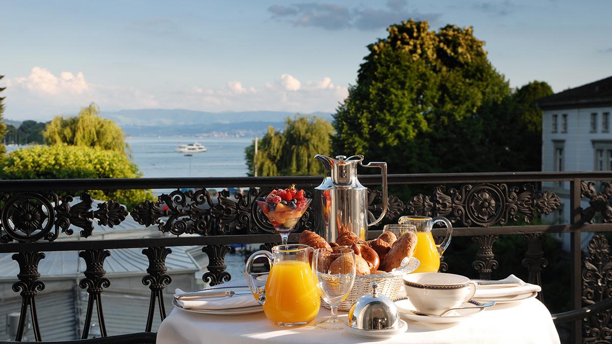 Frühstück mit Ausblick: Herrlicher Blick von den Balkon-Suiten auf den See und die Berge. Foto Baur