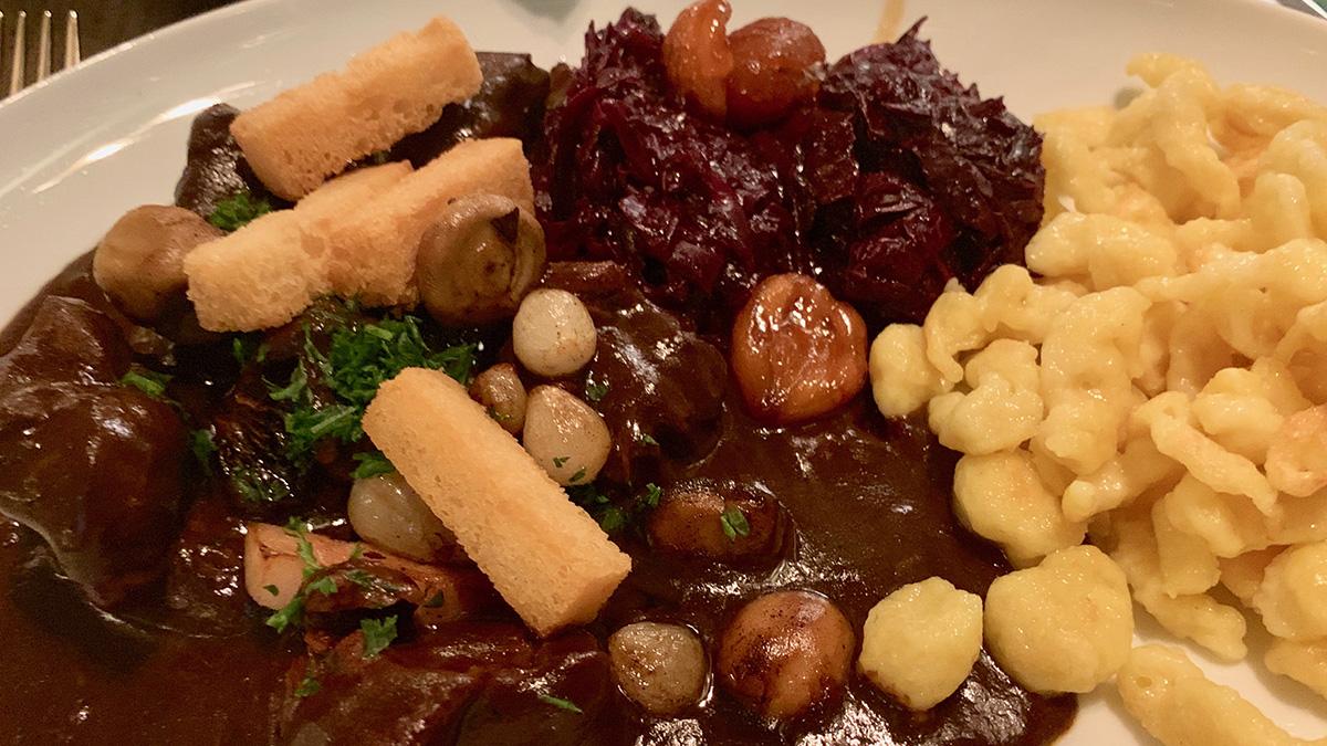 """Brasserie """"Baur's"""": Hier werden auch deftige Gerichte wie Rehgulasch mit Spätzle serviert. Foto WR"""