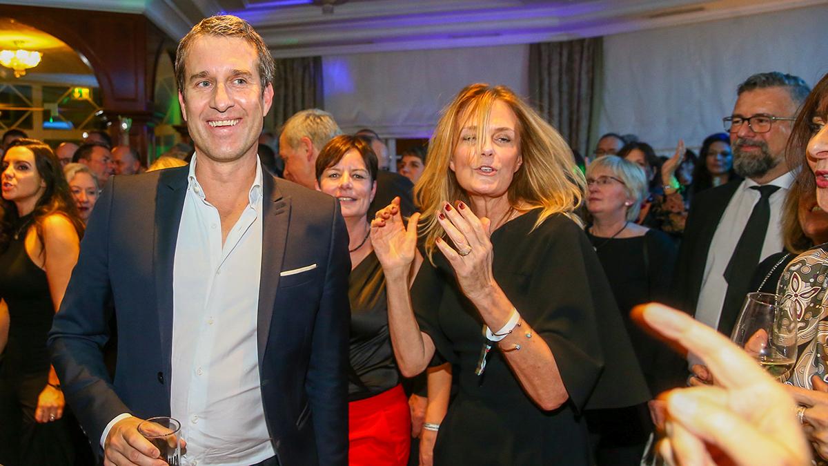 Feierten bis in den Morgen: BUNTE-Society-Chef Oliver Fritz und seine Frau Kunstexpertin Mon Muellerschoen. Foto PeoplePicture