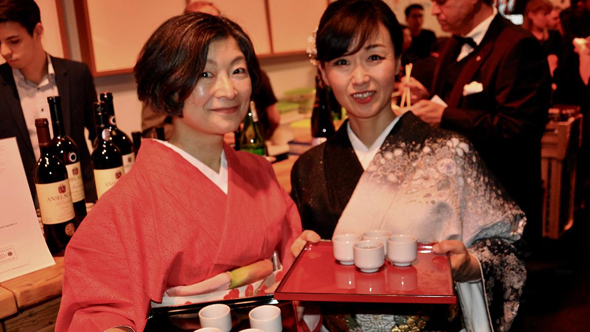 Zu Shusi wurde Sake Reiswein serviert. Foto WR