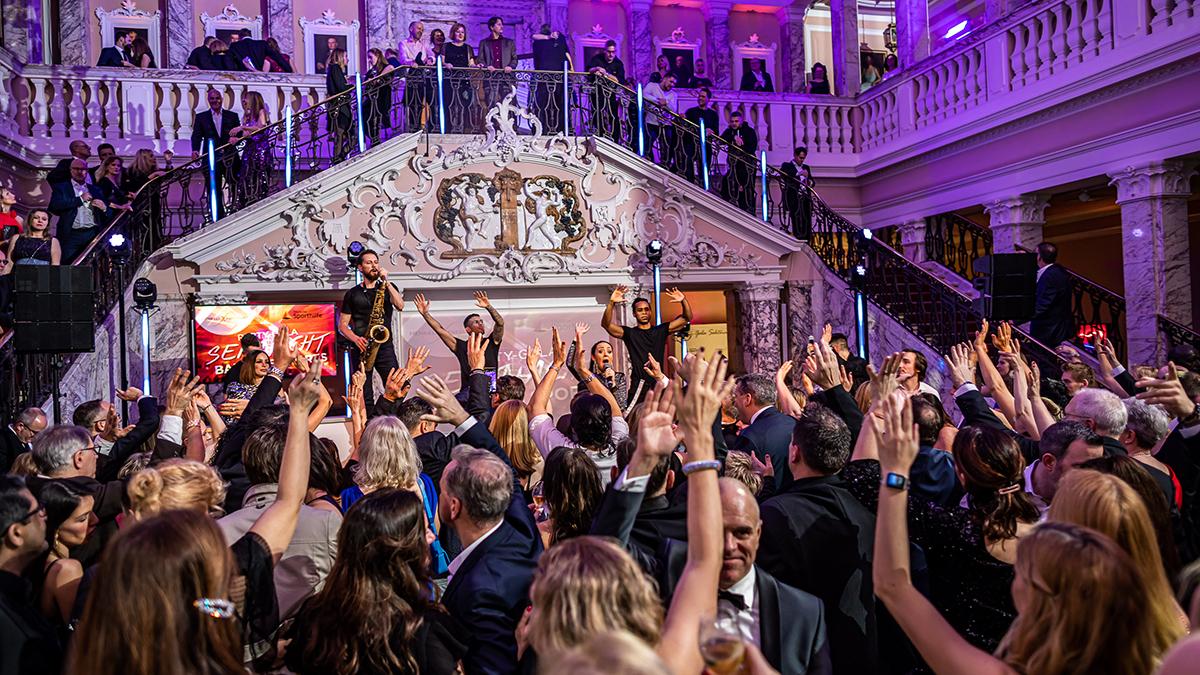 Ausgelassene Partystimmung im prachtvollen Marmorsaal Foto Henkell