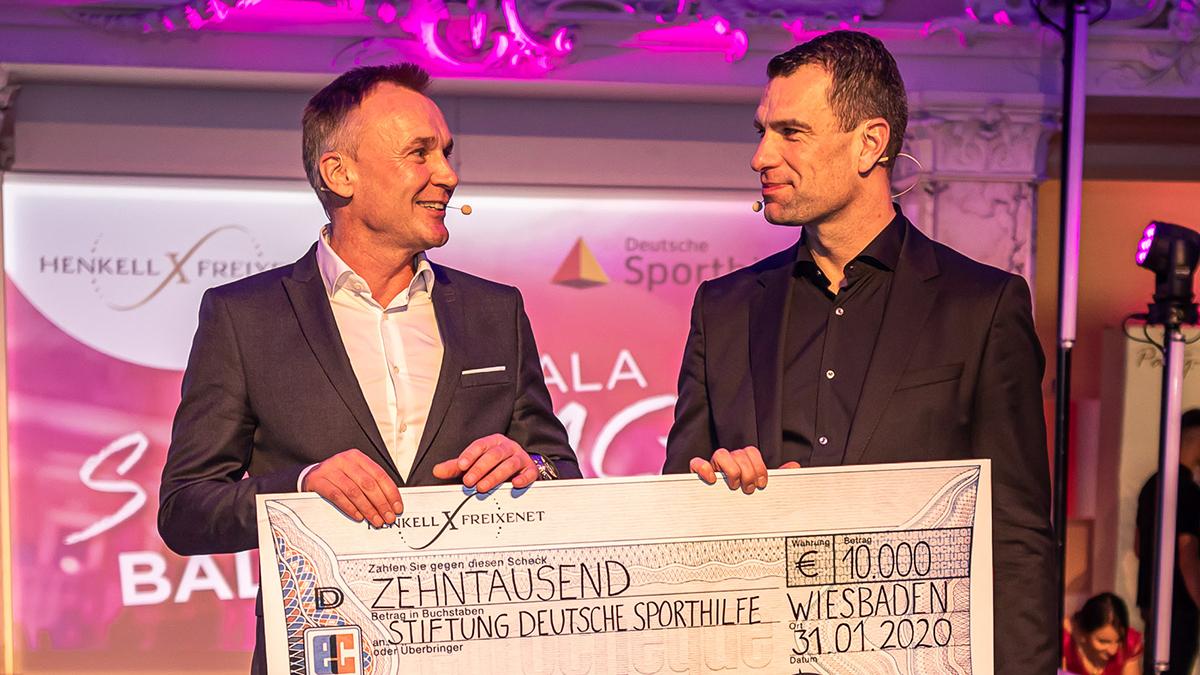 10 000 Euro gingen an die Deutsche Sporthilfe. Dr. Andreas Brokemper (CEO Henkell Freixenet) und Dr. Michael Ilgner, Vorstand Deutsche Sporthilfe (r.) Foto Henkell